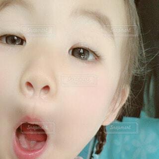 子ども,屋内,女の子,人物,人,赤ちゃん,顔,幼児,歯ブラシ,美肌,どアップ,すべすべ,人間の顔