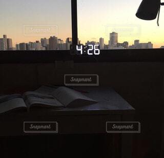 空,建物,インテリア,屋外,雲,部屋,時計,高層ビル,夕陽,勉強,明るい