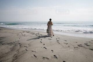 女性,1人,20代,自然,海,空,屋外,ワンピース,砂,ビーチ,後ろ姿,砂浜,水面,海岸,足跡,コーデ,エモい