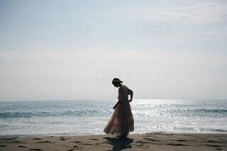 女性,1人,海,夏,ワンピース,ビーチ,晴れ,青空,後ろ姿,砂浜,散歩,逆光,真夏,日中,横向き,エモい