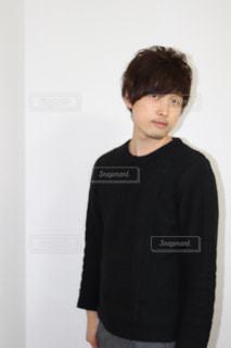 黒いシャツの若い男の写真・画像素材[1037692]