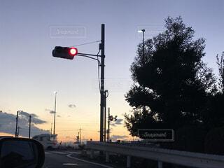 空,屋外,赤,車,樹木,道,信号,明るい,通り,交通,交通標識,テキスト,街路灯,トラフィック ライト,シグナリングデバイス