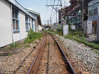 建物の近くで列車の線路を下って移動する列車の写真・画像素材[4619592]