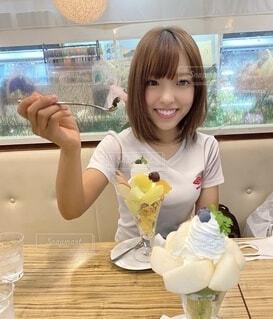 パフェを食べる女性の写真・画像素材[4921841]