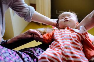 親子 赤ちゃん  みんなで支える 女子