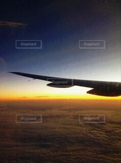 風景,空,屋外,雲,夕焼け,夕暮れ,飛行機,飛ぶ,景色,滑走路,羽,航空機,くもり,空の旅,ジェット