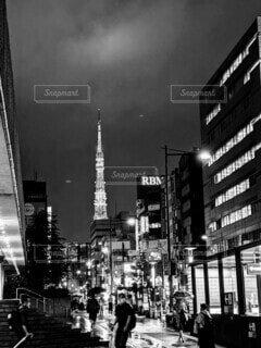 空,建物,東京タワー,夜,雨,屋外,モノクロ,都市,タワー,都会,高層ビル,明るい,通り,ダウンタウン,テキスト,黒と白