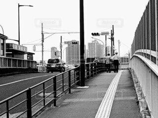 空,橋,屋外,看板,車,通り,車両,タワマン,プラットフォーム,老夫婦,黒と白,陸上車両