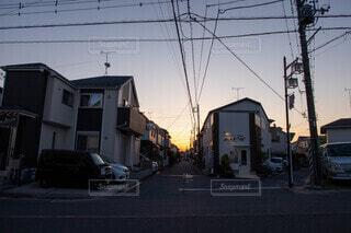 空,建物,屋外,車,道路,家,都会,通り,車両,陸上車両