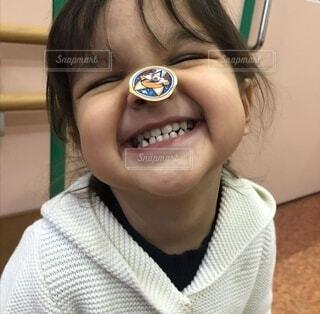 子ども,風景,屋内,少女,人物,人,笑顔,顔,幼児,目,歯,人間の顔