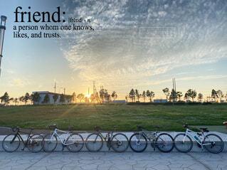 空,自転車,屋外,草,車両,ホイール,テキスト,スポーツ用品,陸上車両,自転車のホイール