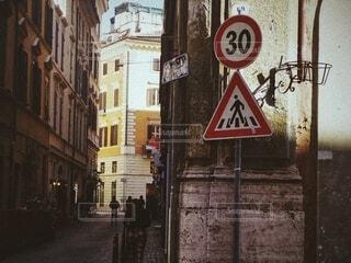 風景,建物,街並み,屋外,海外,窓,ローマ,ヨーロッパ,景色,標識,石畳,道,旅行,旅,路地,イタリア,散歩道,海外旅行,路地裏,街歩き
