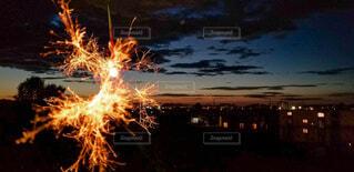 線香花火と夜のはじめ頃の街並みの写真・画像素材[4683659]