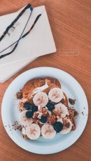 バナナトースト 文庫本と眼鏡の写真・画像素材[4784347]