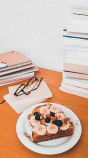 バナナトーストと積み上げられた本 読書の秋の写真・画像素材[4784344]