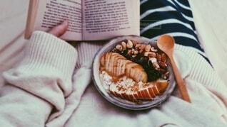 読書しながら食べるオーバーナイトオーツの写真・画像素材[4816072]