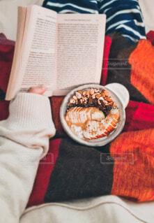 読書しながら食べるオーバーナイトオーツの写真・画像素材[4816097]