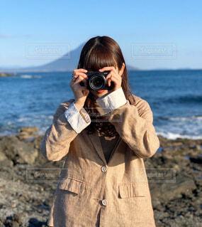 女性,風景,海,空,カメラ,屋外,ビーチ,水面,岩,人物,人,話す,人間の顔