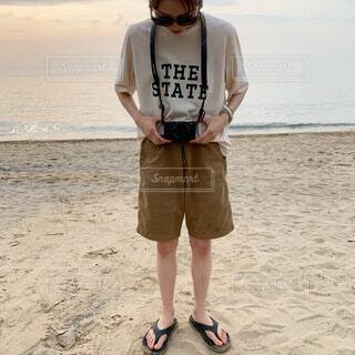 女性,自然,風景,カメラ,屋外,砂,サングラス,ビーチ,水面,海岸,人物,人,立つ,地面,ショートパンツ