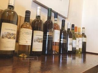 お酒,屋内,テーブル,パスタ,床,壁,ワイン,ボトル,ガラス瓶,ドリンク,イタリアン,飲料,テキスト,アルコール飲料,ワイン ボトル