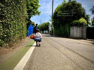 子ども,風景,屋外,道路,樹木,人物,道,人,赤ちゃん,歩道,地面,幼児,通り,草木