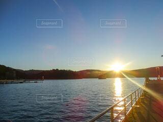 空,夕日,屋外,湖,太陽,雲,夕焼け,船,水面,山,フォトジェニック,映え