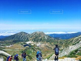 登山をする人達の背景に広がる青空と雲海の写真・画像素材[4638446]