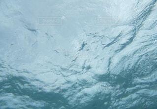 海の中に潜って海面を見上げた時の水面の様子の写真・画像素材[4641075]