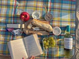 緑,赤,青,砂浜,チェック,パン,ピクニック,チーズ,ワイン,りんご,洋書,ぶどう,海外風