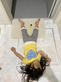 バスルーム,少女,人物,人,寝てる,子供の芸術