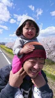 子ども,自然,風景,空,桜,木,屋外,親子,人物,人,笑顔,幼児,人間の顔
