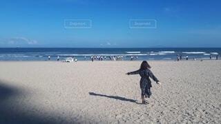 砂浜ではしゃぐ女性の写真・画像素材[4641376]