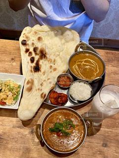 インド料理のナンとカレーの写真・画像素材[4644004]