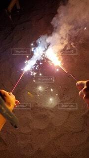 砂浜で手持ち花火の写真・画像素材[4659950]