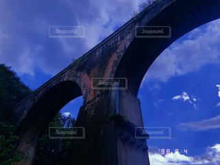 空,建物,夏,橋,屋外,雲,晴れ,青空,樹木,アーチ,快晴,真夏,石橋,高架橋,アーチ橋