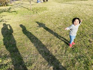 子ども,家族,風景,屋外,影,女の子,草,人物,人,笑顔,赤ちゃん,若い,遊び場,shadow,履物