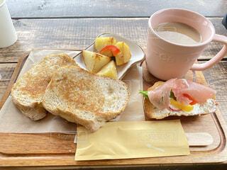 食べ物,コーヒー,朝食,パン,テーブル,皿,食器,カップ,サンドイッチ,菓子,レシピ,ファストフード,コーヒー カップ