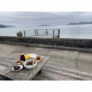 食べ物,海,空,屋外,ビーチ,テラス,水面,海岸,夕方,屋根,ビール,古民家,奄美大島,眺め,加計呂麻島