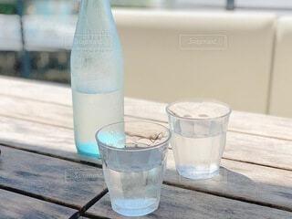 木製のテーブルの上に座っているガラス瓶の写真・画像素材[4769465]
