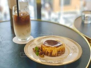 皿の上のコーヒーカップのクローズアップの写真・画像素材[4793368]