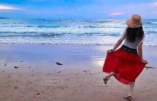 女性,自然,風景,海,空,夏,夕日,屋外,砂,ビーチ,砂浜,波,帽子,観光地,水面,海岸,女子,スカート,癒し,夕陽,デート,海水浴場,波の音