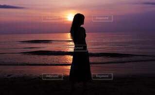 女性,自然,風景,海,空,夏,夕日,屋外,太陽,砂,ビーチ,雲,後ろ姿,砂浜,夕暮れ,波,帽子,観光地,水面,海岸,女子,シルエット,少女,スカート,人物,人,癒し,夕陽,デート,マジックアワー,海水浴場,波の音