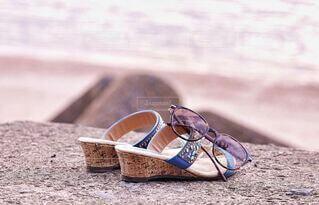 女性,夏,靴,屋外,サングラス,サンダル,砂浜,浜辺,地面,思い出,履物