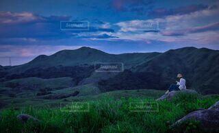 女性,自然,風景,空,絶景,屋外,雲,羊,観光地,山,登山,草,丘,ハイキング,マジックアワー,佇む,北九州,草木,カルスト,平尾台
