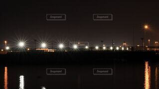 海,空,夜,夜景,屋外,水面,港,埠頭,明るい,白色灯,モータープール