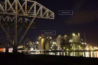 空,建物,橋,夜景,屋外,船,川,水面,工場,光,ライトアップ,煙,煙突,工場夜景,明るい,北九州,工場地帯,夜景スポット,マテリアル,作業船,化学工場,苅田町