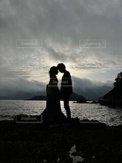 海,空,屋外,湖,ビーチ,雲,水面,花嫁,キス,岩,立つ,マジックアワー,ロマンス