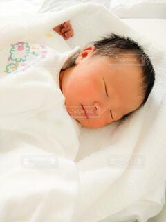 子ども,屋内,白,女の子,寝顔,寝る,人物,人,赤ちゃん,こども,幼児,睡眠,新生児,ベビー,生まれたて,おやすみ,ホワイト,出産,0歳,誕生,ねんね,乳児,育児,ベッド,0ヶ月,ニューボーン,ニューボーンフォト,ベビードレス,すこやか,人間の顔