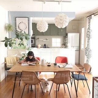 インテリア,キッチン,リビング,屋内,赤,花瓶,部屋,家,椅子,テーブル,床,壁,ドア,家具,デザイン,天井,デスク,ダイニングテーブル,無印良品,ライフスタイル,ビションフリーゼ,コーヒー テーブル,レクリント照明,壁紙屋本舗,idee