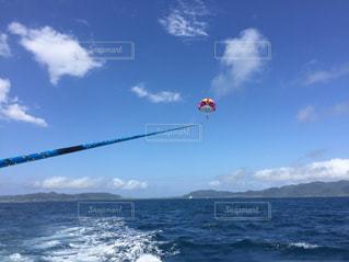 水の大きな体で凧の飛行人の写真・画像素材[1873171]